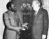 """Госсекретарь США Дж. Шульц и Ж. Савимби обмениваются рукопожатиями и улыбками. Администрация Р. Рейгана покровительствовала """"черному петуху""""."""